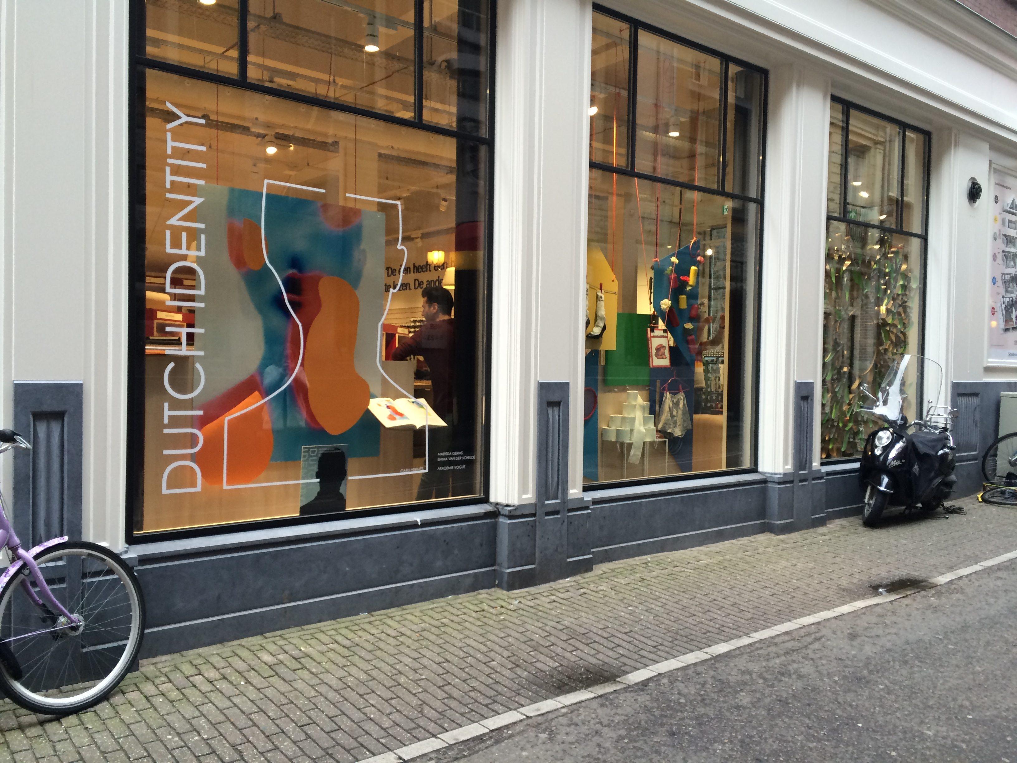 Studenten Akademie Vogue etaleren bij Scheltema Boekhandel